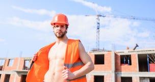 Supporto protettivo del casco del tipo davanti a costruzione fatta dai mattoni rossi Costruzione arancio del lavoro del casco del fotografia stock