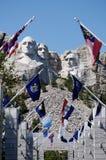 Supporto Rushmore con le bandierine della condizione Immagini Stock Libere da Diritti