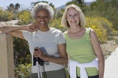 Supporto senior delle donne con Pali di camminata Fotografie Stock