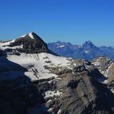 Supporto Tete Ronde ed ammaccature Du Midi Osservi dal ghiacciaio 3000 fotografia stock libera da diritti