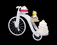 Supporto unico del dolce della bicicletta con tre dolci fotografia stock libera da diritti