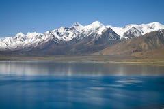 Supporto Xixiabangma con un lago Fotografie Stock Libere da Diritti