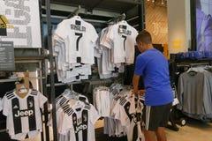 Supportrar av Juventus FC i det officiella lagret för nytt - ärmlös tröja nummer 7 av Cristiano Ronaldo Arkivbilder