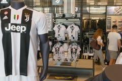 Supportrar av Juventus FC i det officiella lagret för nytt - ärmlös tröja nummer 7 av Cristiano Ronaldo Royaltyfria Foton