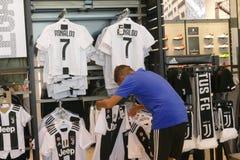 Supportrar av Juventus FC i det officiella lagret för nytt - ärmlös tröja nummer 7 av Cristiano Ronaldo Royaltyfri Bild