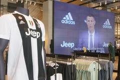 Supportrar av Juventus FC i det officiella lagret för nytt - ärmlös tröja nummer 7 av Cristiano Ronaldo Fotografering för Bildbyråer