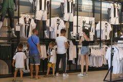 Supportrar av Juventus FC i det officiella lagret för nytt - ärmlös tröja nummer 7 av Cristiano Ronaldo Royaltyfria Bilder