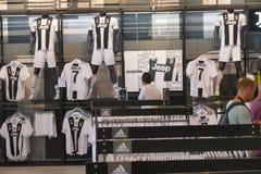 Supportrar av Juventus FC i det officiella lagret för nytt - ärmlös tröja nummer 7 av Cristiano Ronaldo Arkivfoton