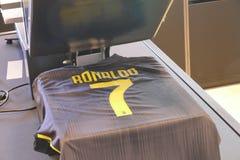 Supportrar av Juventus FC i det officiella lagret för nytt - ärmlös tröja nummer 7 av Cristiano Ronaldo Arkivfoto