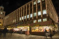 Supports au marché de Noël à Nuremberg pendant l'heure bleue dedans photo libre de droits
