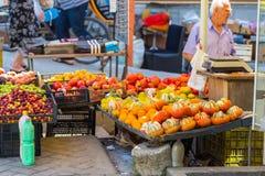 Supports avec les fruits locaux et laiterie sur la rue de Tirana, Albanie photographie stock libre de droits