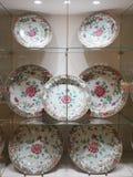 Supports avec les plats peints de porcelaine pour des membres de la famille du Habsbourg dans la collection argentée impériale ch images stock