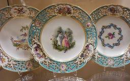 Supports avec les plats peints de porcelaine pour des membres de la famille du Habsbourg dans la collection argentée impériale ch photo stock
