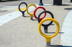 Supports de bicyclette élégants le long d'une rue photos libres de droits