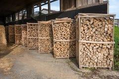bois de chauffage dans un support en bois ouvert image stock image du horizontal pile 55091701. Black Bedroom Furniture Sets. Home Design Ideas