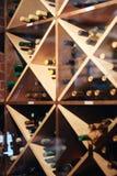 Supports de vin avec des bouteilles de vin dans la cave photographie stock libre de droits