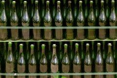Supports de vin dans une vieille cave photos stock