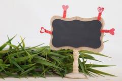 Supports rouges de coeurs, sur le fond en bois de jour de valentines de texture de plat Photos stock
