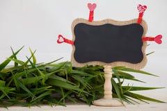 Supports rouges de coeurs, sur le fond en bois de jour de valentines de texture de plat Images stock
