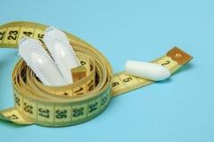 Suppositoire pour la bande de mesure jaune d'utiliser-et anal ou vaginal Bougies pour le traitement de l'obésité, poids supplémen images libres de droits