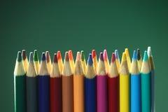 Πίσω στα σχολικά χρωματισμένα Suppplies μολύβια Στοκ Φωτογραφίες