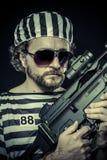 Suppresion, concept d'émeute de prison. Homme tenant une mitrailleuse, pris Photos libres de droits