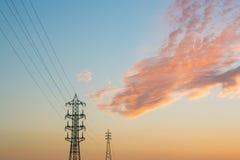 Supra a linha elétrica elétrica contra a nuvem e o céu azul foto de stock