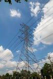 Supra a linha elétrica elétrica contra a nuvem e o céu azul Imagem de Stock