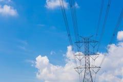 Supra a linha elétrica elétrica contra o fundo da nuvem e do céu azul Fotografia de Stock