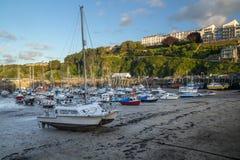 Supra o navio, os barcos de pesca e os iate no porto de Ilfracombe imagens de stock