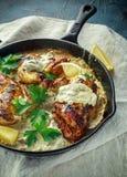 Supremes crémeux de fellets de poulet en sauce aux champignons avec le persil dans la poêle rustique de fonte photo libre de droits