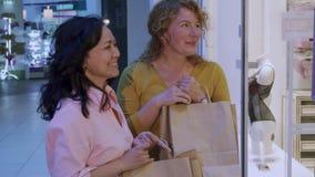 Suprises de la mujer su amigo de ella compras foto de archivo libre de regalías