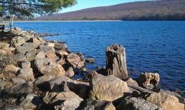 Sur des banques de gros morceau de Mauch Lake- Jim Thorpe, la Pennsylvanie Photographie stock