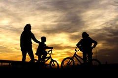 Sur des vélos au coucher du soleil. photographie stock