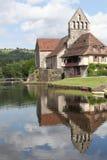 Sur Dordogne de Beaulieu et la chapelle des pénitents le long de la rivière de Dordogne Photos stock
