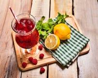 Sur en bois est le verre glacé de boisson avec le cocktail de baies Photographie stock libre de droits