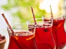 Sur en bois est le verre glacé de boisson avec le cocktail de baies Photos libres de droits