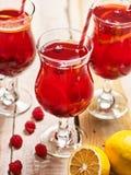 Sur en bois est le verre glacé de boisson avec le cocktail de baies Image libre de droits