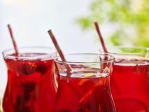 Sur en bois est le verre glacé de boisson avec le cocktail de baies Photo libre de droits