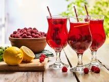 Sur en bois est le verre glacé de boisson avec le cocktail de baies Image stock