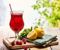 Sur en bois est le verre glacé de boisson avec le cocktail de framboise Image stock