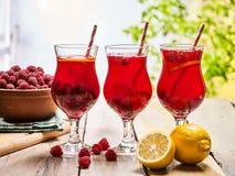 Sur en bois est les verres glacés de boisson avec le cocktail de baies Photo stock