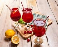 Sur en bois sont le verre glacé de boisson avec le cocktail de baies Photos libres de droits