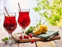 Sur en bois sont les verres glacés de boisson avec le cocktail de baies Image libre de droits