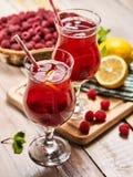 Sur en bois sont les verres glacés de boisson avec le cocktail de baies Images stock