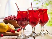 Sur en bois sont les verres glacés de boisson avec le cocktail de baies Photographie stock libre de droits