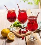 Sur en bois sont les verres glacés de boisson avec le cocktail de baies Images libres de droits