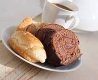 Biscuit et café de chocolat avec du lait. Photo libre de droits