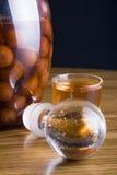 sur glass licor för botlleCherryen Arkivbilder