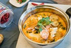 Sur havs- soppa eller Tom Yum Seafood royaltyfria bilder